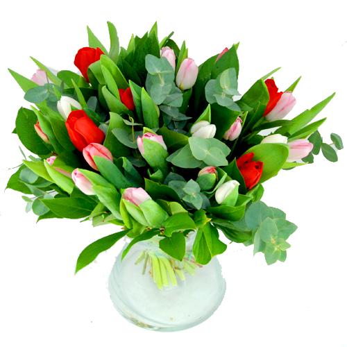 Boeket met drie kleuren tulpen
