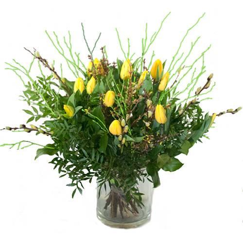Gele tulpen met voorjaarstakken